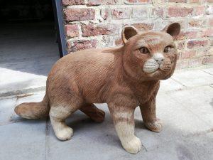 suar beeld kat staand