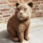 suar beeld kat zittend